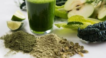 Green smoothie com alimentos vegetais.